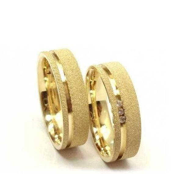 a2dc6e6722f Alianças De Casamento E Noivado Fosca Com Um Friso Polido e diamantes